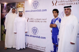 HH_Sheikh_Maktoum_bin_Hasher_Al_Maktoum_after_signing_the_partnership_of_shirt_sponsor_Ahmed_Seddiqi_&_Sons
